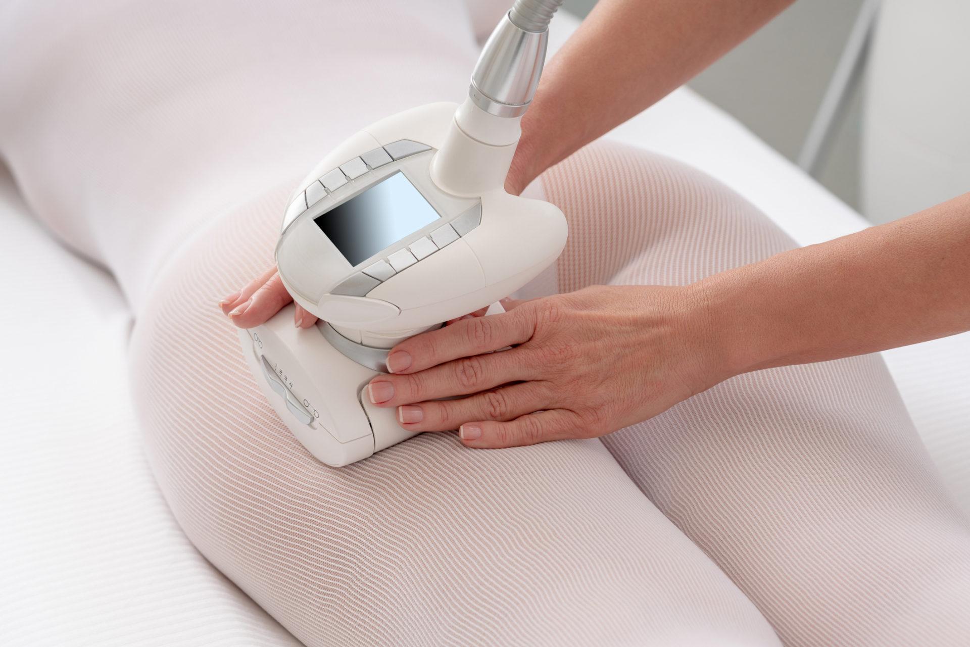 En kvinna får LPG-massage på sin baksida