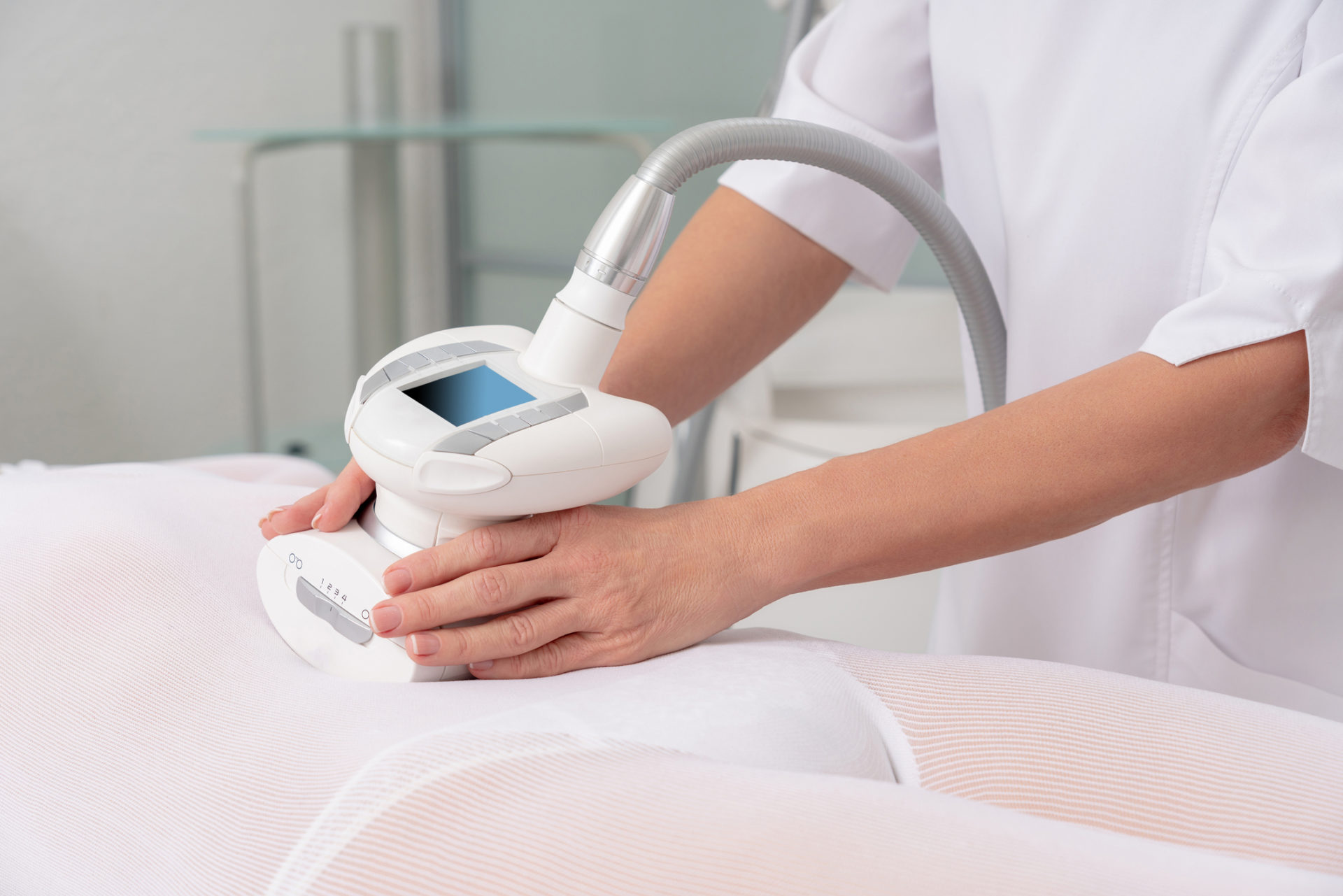 En kvinna får LPG-massage på sin mage