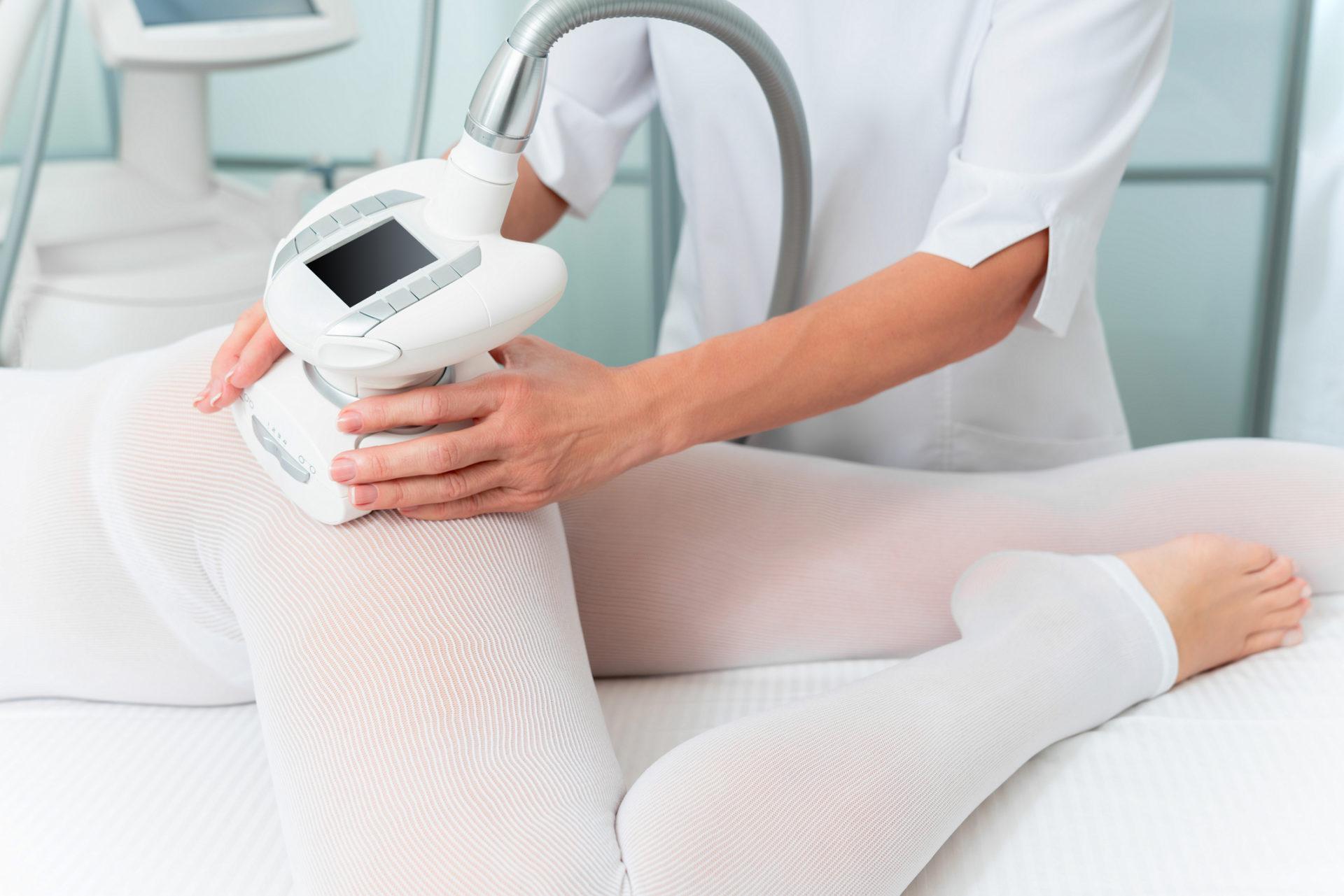 En kvinna får LPG-behandling på sitt ben