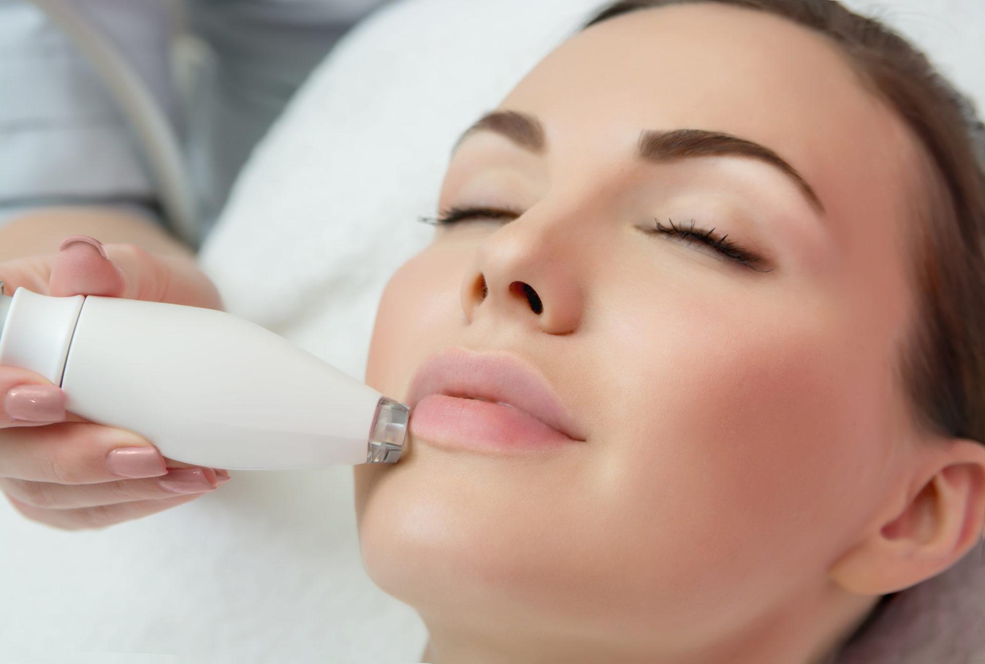 En kvinna får en LPG-ansiktsbehandling