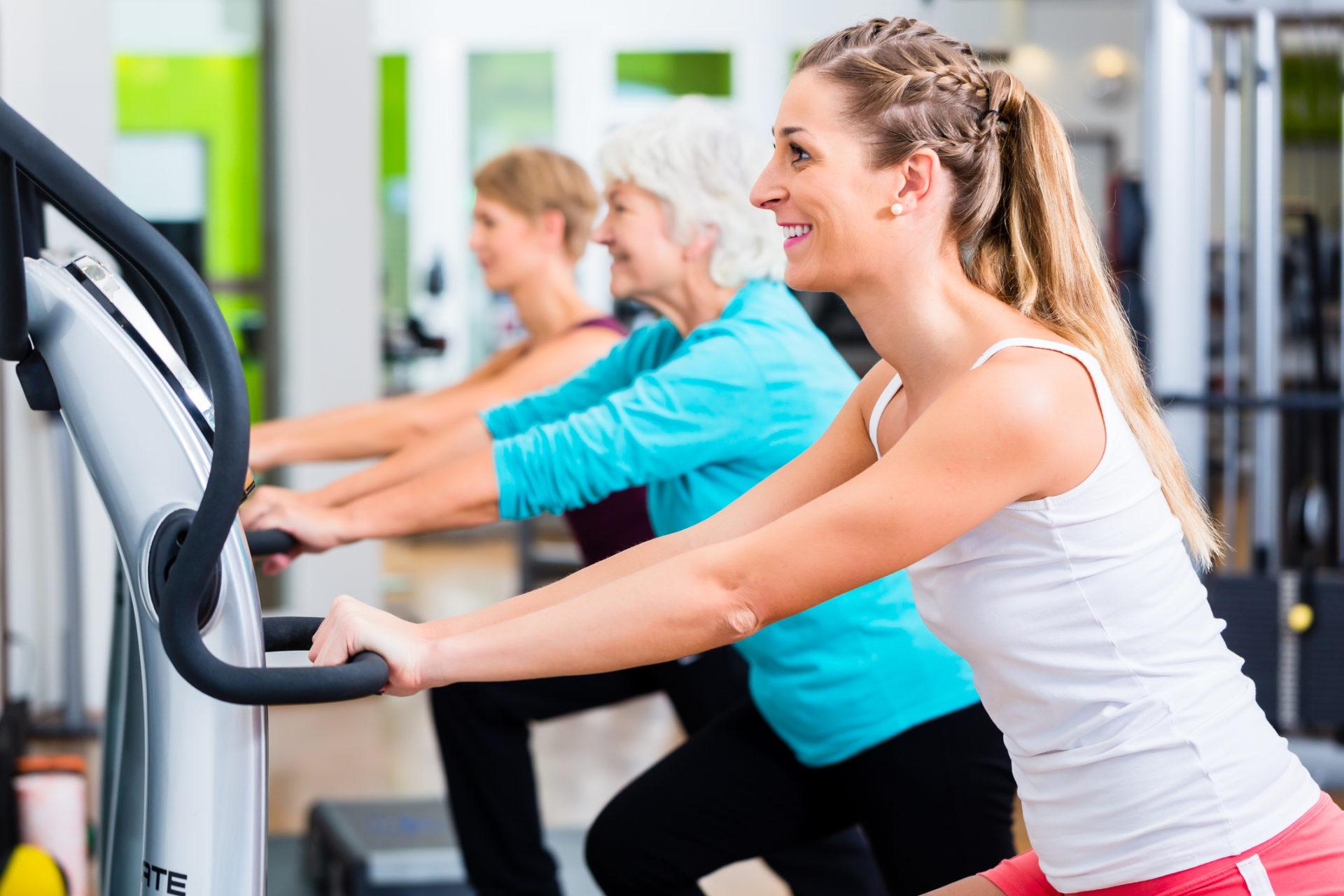 Tre kvinnor tränar med vibrogym